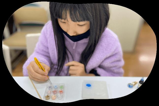 絵の具を使う女の子