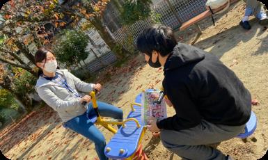 公園で遊ぶ児童